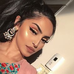 Beauty @rahmanbeauty BROWS: #Dipbrow in Ebony BLUSH: Blush Trio in Peachy Love CONTOUR: ABH Stick Foundation in Mink GLOW: Maybelline Master Chrome Highlight #anastasiabeverlyhills