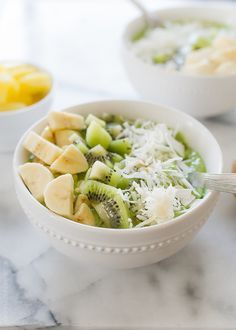 Green Smoothie Bowl topped with kiwi and banana in a white bowl Healthy Smoothies, Smoothie Recipes, Healthy Snacks, Healthy Eating, Healthy Recipes, Healthy Fats, Kefir, Mango, Nutrition