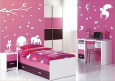 des stickers muraux blancs collés au mur rose dans la chambre fille