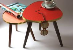 Dreieckiger Blumenhocker / kleiner Beistelltisch / Blumenständer rot / rosa. German vintage furniture - plant stand / small coffee table / side table / triopod / Mid-Century / 50s 60s