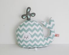 Baleine musicale ou boite à musique Baleine tons vert blanc gris à motifs graphiques chevrons style scandinave Baby Sewing Projects, Sewing For Kids, Fabric Fish, Fabric Stamping, Fabric Animals, Baby Bedding Sets, Fabric Toys, Creation Couture, Sewing Dolls