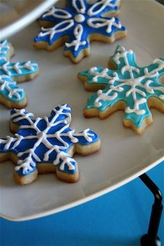 Really great tutorial on piping, flooding and decorating sugar cookies.