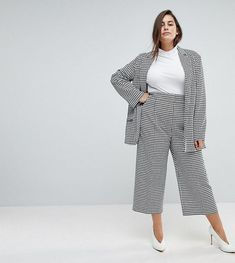 Give your denim a well earned detox, and opt for the cool trousers that are trending this season. Chubby Fashion, Fat Fashion, Fashion Outfits, Fashion Black, Petite Fashion, Fashion Online, Style Fashion, Curvy Girl Outfits, Plus Size Outfits