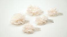 VERONA: Peinetas miniatura de flores de tul con perlas japonesas.