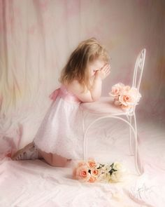 baby girl in pink kneeling for prayers Cute Kids, Cute Babies, Baby Kids, Precious Children, Beautiful Children, Little Ones, Little Girls, Kind Photo, Amazing Grace