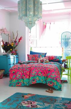 schlafzimmer bett bettwäsche blumenmuster