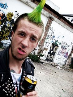 Male punk with green mohawk, septum/brigde/Monroe or Madonna piercings 90s Fashion Grunge, Punk Rock Fashion, Death Metal, Black Metal, Mohawk For Men, Men's Mohawk, Rock N Roll, Punk Subculture, Punk Boy
