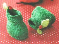 Что нужно:  Шерсть зеленого цвета и мохер светло-зеленого цвета, по 1 мотку Спицы № 2,5 и № 3 2 пуговицы в виде божьей коровки