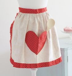 This retro-style reversible 'sweetheart apron' project has a large heart-shaped pocket on one side. It's perfect when cooking up a romantic dinner for two!