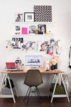 Home office super personalizada con escritorio armado con caballetes de madera con estantes