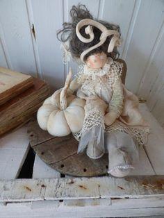 Cartamodello Fiammetta | Le Pigottine di Vanda Diy Rag Dolls, Fabric Brooch, Chiffon, Fabric Dolls, Puppets, Art Dolls, Christmas Time, Diy And Crafts, Craft Projects