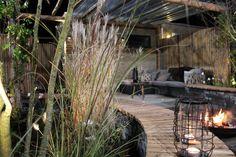 Gezellig is dat: als het buiten kouder begint te worden, lekker in de tuin zitten bij een knisperend houtvuur. Of een borrel drinken onder de overkapping als het regent. Het mag dan wel winter worden, maar in deze tuin vermaak je je het hele jaar.