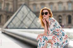 Shooting photo femme en extérieur shoot by Bain de Lumiere #influencer #lookbook #mode Shooting Photo Paris, Lookbook Mode, Louvre, Photo Portrait, Paris Photos, Kimono Top, Photoshoot, Studio, Tops