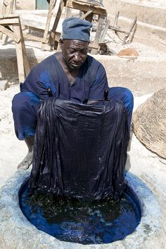 Nigeria, kano state, Indigo dye pits, over 500 years old Bleu Indigo, Mood Indigo, Indigo Dye, Shibori, Textile Dyeing, Textile Art, African Textiles, African Fabric, African Prints