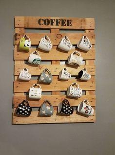 Un porte-tasses mural en bois de palette à accrocher au mur de la cuisine pour ranger et afficher les plus beaux mugs http://www.homelisty.com/objets-deco-palette/