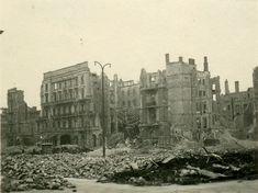 """1946 Berlin - Ruine des Hotel Kaiserhof im September 1946. Man sieht in der Mitte der Ruine die herabgestürzte Dachkonstruktion des """"Grossen gedeckten Hofs"""" . Dieses Privatfoto wurde aus Berlin verschickt mit den lakonischen Worten: """"Das nur, weil ich es so bezeichnend finde"""". In der Tat ist das Foto voller Symbolkraft. In der Nachkriegszeit war diese Ruinenansicht ein britisches oder amerikanisches Postkartenmotiv mit der hämischen Aufschrift """"Hitlers Hotel""""."""