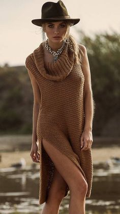 Free People Mock Neck Sweater Super soft chunky sleeveless sweater with oversized cowl neck. Exaggerated side vents and dropped armholes Free People Sweaters Cowl & Turtlenecks Look Hippie Chic, Boho Chic, Hippie Style, Boho Style, Mode Boho, Look Fashion, Fashion Design, Gypsy Fashion, Mode Outfits