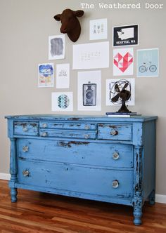 love this cornflower blue distressed painted chest of drawers using annie sloan chalk paint. click through for more painted furniture ideas you'll love including tips and ideas from annie sloan herself Anne Sloan Painted Furniture, Furniture Design Modern, Blue Dresser, Dresser Decor, Furniture, Milk Paint, Distressed Furniture, Diy Dresser, Painted Chest