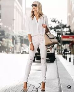 Gold Watch with White Skinny Jeans Outfits (62 ideas & outfits) | Lookastic White Summer Outfits, Summer Fashion Outfits, Simple Outfits, Classy Outfits, Fashion Fall, Style Fashion, Winter Outfits, White Ripped Skinny Jeans, White Jeans Outfit