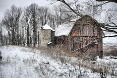 First snow of the yearYou can find Old barns and more on our website.First snow of the year Cabana, Champs, Country Barns, Country Life, Country Living, American Barn, Barn Pictures, Farm Barn, Old Farm Houses