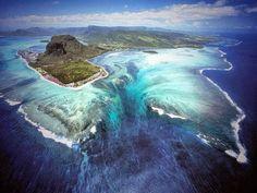 De onderwater-waterval op Mauritius.
