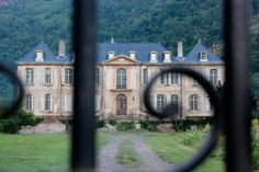 The blog of an Australian couple renovating an abandoned chateau in France.