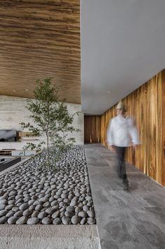This modern house has a raised walkway that leads to the bedrooms and bathrooms. A small stone covered indoor garden adds a touch of nature to the interior. Amazing Architecture, Contemporary Architecture, Architecture Details, Interior Architecture, Home Design, Decor Interior Design, Room Interior, New Modern House, Open House Plans