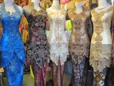 Sebagai orang asli Indonesia, tentunya kita tahu apa itu kebaya. Kebaya adalah blus tradisional yang dikenakan oleh wanita Indonesia yang te...