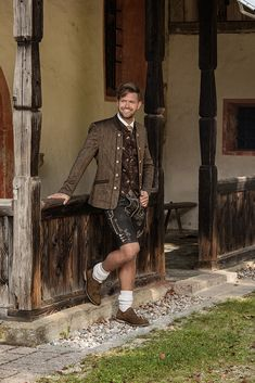 #tracht #mann #lederhose #trachten #kollektion #brown #braun #hochzeit Lederhosen, Prepping, Style, Fashion, Get Tan, Hochzeit, Fashion Styles, Leather Joggers, Fashion Illustrations