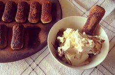 Ingredienti per 10 pavesini ripieni: – 20 biscotti tipo pavesini -150 gr ricotta magra -20 gr cacao amaro -1 cucchiaino di zucchero di canna – latte qb – m