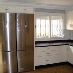 Cocina lacada en color blanco roto elegido por el cliente, hecha en Torre del Mar. French Door Refrigerator, French Doors, Kitchen Appliances, Home, White Colors, Products, Chic, Cooking, Diy Kitchen Appliances