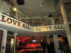 """De Yell van het Hard Rock Cafe """"Love all Serve All"""""""