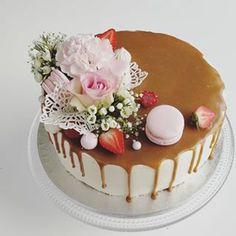 Omena-kinuskikakku gluteenittomista raaka-aineista, toiveena hempeä kakku tyttövauvalle. . . #kastejuhla #ristiäiskakku #ristiäiset #vauva2019 #kinuskikakku Berries, Baking, Cake, Desserts, Instagram, Food, Tailgate Desserts, Deserts, Bakken