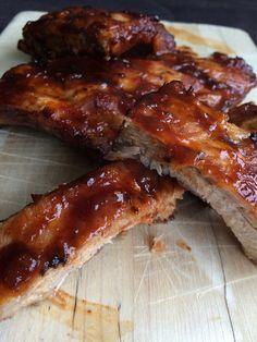 BBQ ribs Deze licht pittige maar ook zoete Spareribs zijn een genot op je barbecue. Het BBQ seizoen is nog niet helemaal geopend, maar niet getreurd tot die tijd kun je deze ribbetjes heerlijk in de oven bereiden. Let op: oven temperatuur na 20 minuten op 200 graden zetten en aluminium folie verwijderen (anders blijven ze waterig) Pulled Pork Grill Recipe, Pulled Pork Recipes, Bbq Grill, Korean Bbq Ribs, Best Bbq Ribs, Healthy Grilling Recipes, Barbecue Recipes, Cooking Recipes, Mustard Butter Recipe