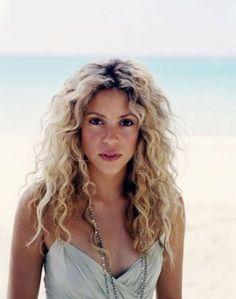 I love big long curly hair! Beach Blonde Hair, Blonde Curly Hair, Blonde Curls, Beach Hair, Medium Hair Styles, Curly Hair Styles, Shakira Hair, Curls For Long Hair, Hair Color Techniques