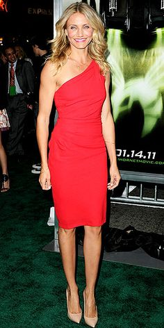 Cameron Diaz walked the aptly hued carpet for the L. premiere of The Green Hornet in a single-shoulder poppy Azzaro cocktail dress, C. Greene hammered gold hoops, a Lana Jewelry necklace and leg-lengthening Casadei pointy-toe heels. Celebrity Outfits, Celebrity Style, Cameron Diaz Style, Cameron Diaz Legs, Look 2017, Beauty And Fashion, Little Red Dress, Cooler Look, Flamboyant