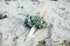 #brautstrauß #eukalyptus Brautstrauß - Bouquet with eukalyptus - Ein Ja am Meer: Eine Strandhochzeit auf Fehmarn | Hochzeitsblog - The Little Wedding Corner