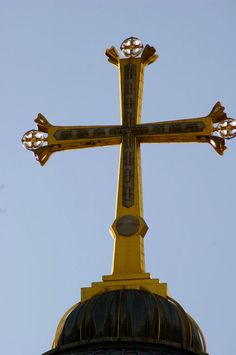 The golden cross atop the Church of the Holy Sepulchre. Old City Jerusalem, Jerusalem Cross, Jerusalem Israel, Christian Songs, Christian Church, Queen Of The Tearling, Old Rugged Cross, Israel Travel, Promised Land