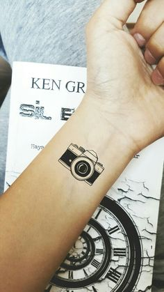 my favorite camera tattoo-hoping it can cover the butterfly on my foot - Tattoo-Ideen - Minimalist Tattoo Finger Tattoos, Body Art Tattoos, New Tattoos, Sleeve Tattoos, Tatoos, Ankle Tattoos, Arrow Tattoos, Word Tattoos, Temporary Tattoos