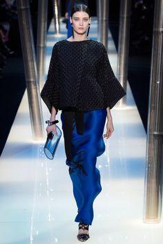 Armani Prive 2015 Couture İlkbahar Koleksiyonu - Doğu esintili ve hacimli bebek mavisi elbiseleri ile Armani Prive 2015 Couture İlkbahar Yaz Koleksiyonu...