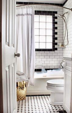 Enkla badrumstips! Add SimplicityBlanda gärna in varma metaller så som mässing i ditt badrum. Istället för korg är detta ett perfekt sätt att bryta av ett annars svart och vitt badrum. Här hade jag valt ett svart toalettlock för att ge kontrast och hämta hem det svarta. Enkelt sätt att förnya ditt badrum!