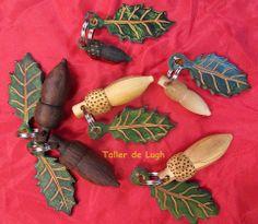 Bellotas en asta o madera con hoja de cuero, todo hecho a mano