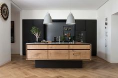 16 Inspirational Pictures Of Herringbone Floors // The herringbone wood floors and wood elements in the island keep this kitchen feeling natural and bright even with the all black cabinetry. Wooden Flooring, Kitchen Flooring, Planchers En Chevrons, Floating Kitchen Island, Decor Interior Design, Interior Decorating, Herringbone Wood Floor, Herringbone Pattern, Bespoke Kitchens