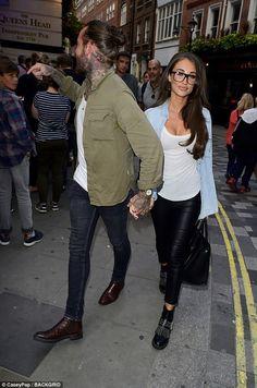 men outfits - Megan McKenna gets an affectionate kiss from boyfriend Pete Wicks Megan Mckenna, Fashion Moda, Urban Fashion, Mens Fashion, Stylish Men, Men Casual, Casual Wear, Pete Wicks, David Beckham Style