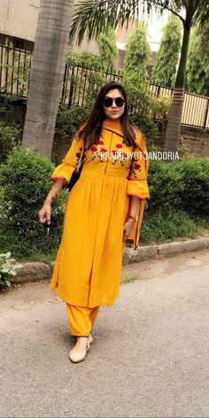 Com Acrylic pour painting - My Life Hane Program Silk Kurti Designs, Kurta Designs Women, Kurti Designs Party Wear, Blouse Designs, Designer Punjabi Suits Patiala, Punjabi Suits Designer Boutique, Indian Designer Suits, Salwar Suits, Designer Wear