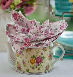 O bule pode ser um porta-guardanapo muito simpático. Se for todo florido, fica um charme | napkin | tea time | Cacá Bratke/Editora Globo