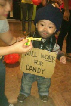 (Trabalharei por doces...)  Ele precisa comer balas e doces! Leite ele também deve aceitar, não é?...