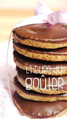 GRANOLA maison-------------- ● Les ingrédients ● Pour 20 biscuits Préparation : 15 minutes - Repos : 1h - Cuisson : 12 à 15 minutes 100 g de farine de sarrasin 100 g de farine de châtaigne 80 g de chocolat au lait ou noir 100 g de beurre morcelé 1/2 sachet de sucre vanillé 60 g de sucre roux 1 oeuf 1 c. à c. de bicarbonate de soude