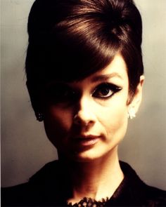 Isn't this portrait of Audrey Hepburn fantastic? I adore her eye makeup in this photo… Audrey Hepburn Born, Audrey Hepburn Photos, Divas, Actrices Hollywood, Fair Lady, Classy Women, Classy Lady, Old Hollywood, Hollywood Icons