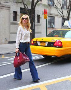 Boca de sino, sucesso dos anos 60 e 70, voltou com tudo!   Além disso, a blusa mais larga também está super na moda. Mas cuidado! Apenas mulheres magras poderão usar blusas com listras horizontais!